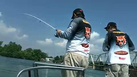 GEORGETOWN COLLEGE - TIMPERIO   ELLIOTT00 - Detroit River - 1 - video  17