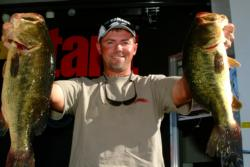 Pro Dave Lefebre shows off a dominating catch of 20 pounds, 7 ounces during a 2002 EverStart event on 1000 Islands.