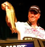 David Walker of Sevierville, Tenn., handily defeated Wesley Strader of Spring City, Tenn., by more than 9 pounds with a weight of 22-6 to 13-3.