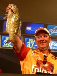Steve Kennedy of Auburn, Ala., weighs in his last bass, a 4-pound, 13-ounce kicker smallmouth that gave him victory.