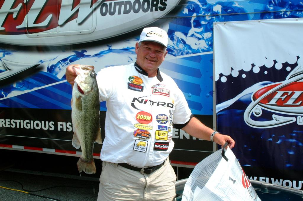 Brown climbs to top at old hickory flw fishing articles for Old hickory lake fishing