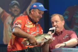 FLW Tour pro Kevin Vida weighs in his catch. Vida ultimately finished in fifth place at the 2008 Forrest Wood Cup.