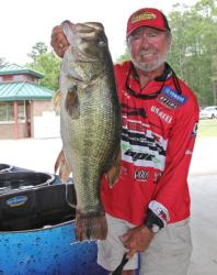 Fifth-place Harold Allen anchored his sack with this 9-pound, 6-ounce beauty.