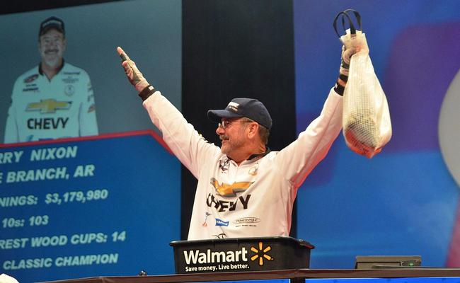 Third-place pro Larry Nixon acknowledges the crowd Friday afternoon.