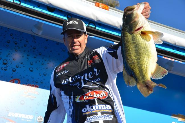 Co-angler Todd Kline of San Clemente, Calif., shows off his whopping 9-plus-pound largemouth shortly before winning the Rayovac FLW Series tournament title on Lake Havasu.