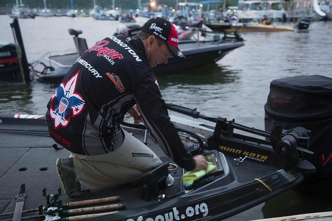 Boy Scouts pro Tom Redington traveled all the way from Texas to try his hand at the Rayovac FLW Series event on Kentucky Lake. He made sure his depth-finder screens were clean and clear before takeoff. They