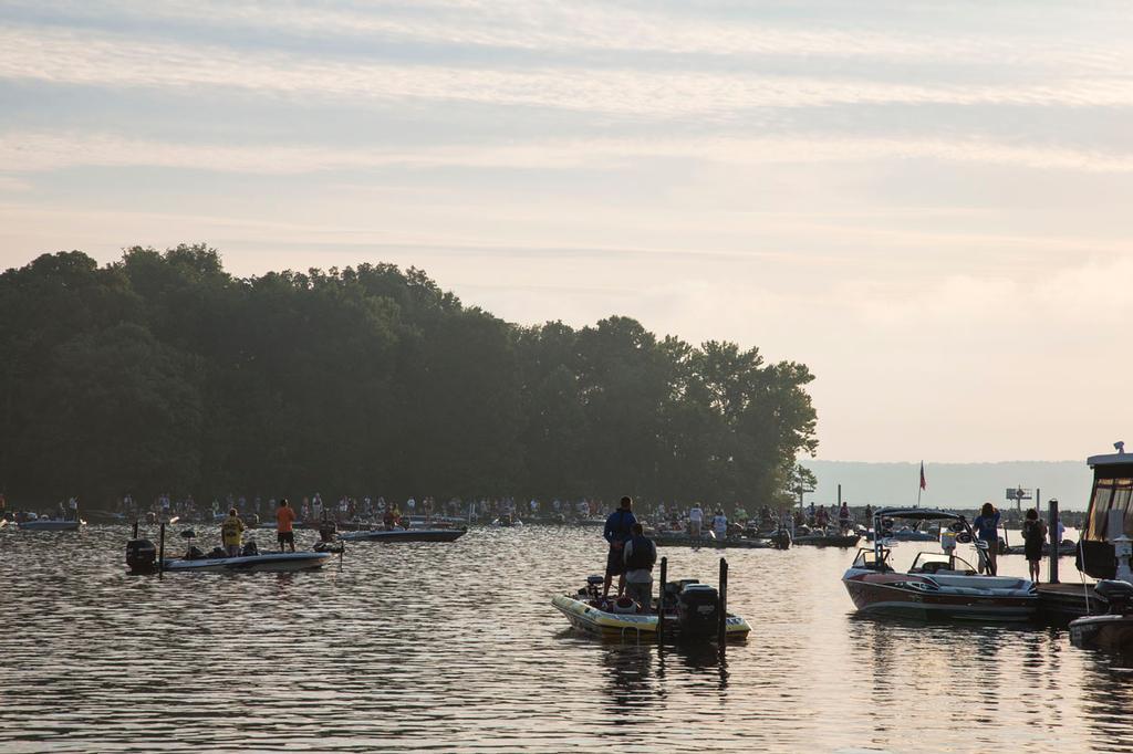Kentucky lake the pressure is palpable flw fishing for Kentucky lake fishing