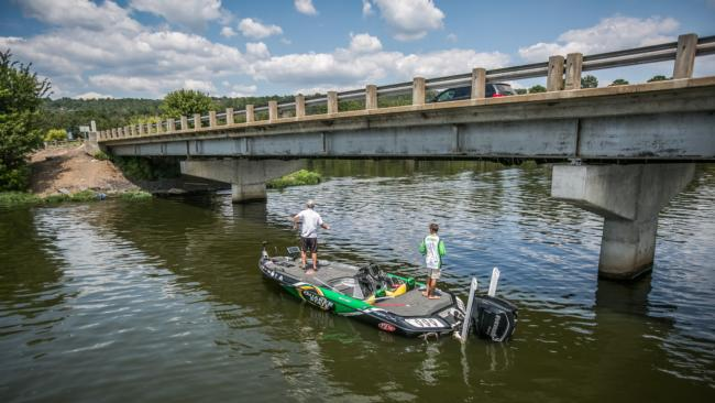 /tips/2016-05-31-finessing-the-shad-spawn-on-bridges