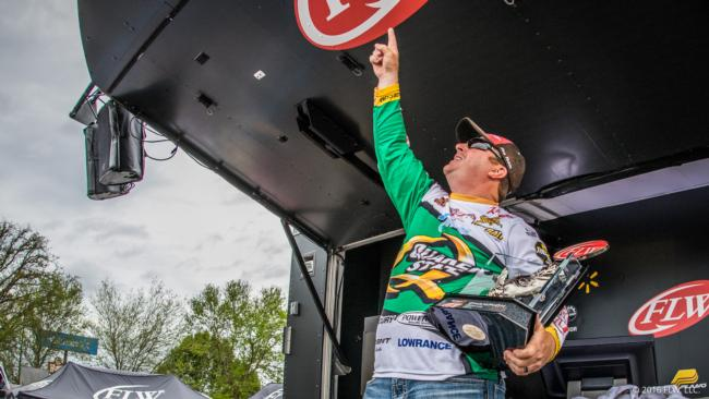 Flw fishing walmart flw tour 2016 lake hartwell for How much are fishing license at walmart